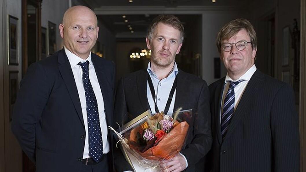 Frå venstre Arve Varden, adm.dir. Helse Førde, innovasjonsprisvinnar Christian Moltu og fagdirektør i Helse Vest, Baard-Christian Schem.