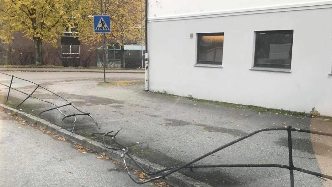 NEDKØYRD: Natt til sundag køyrde ein bil inn i dette gjerdet ved Farnes barneskule i Øvre Årdal. Politiet etterforskar no saka og ønskjer tips frå publikum.