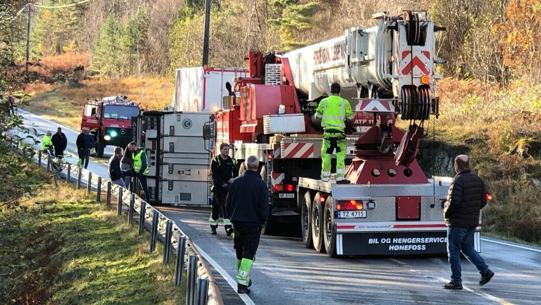 VELTA: Hengaren til ein trailer stengjer vegen mellom Aven og Lavik etter at den velta.