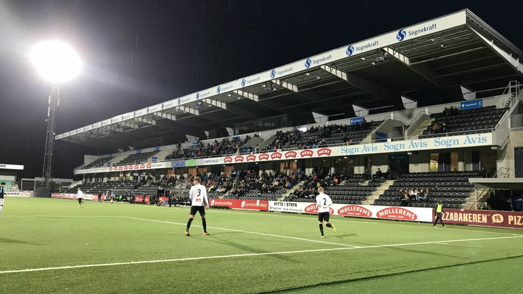 SOLID STØTTE: Trass haustkulda i Sogndal var det likevel mange som hadde møtt fram for å heia fram juniorlaget.