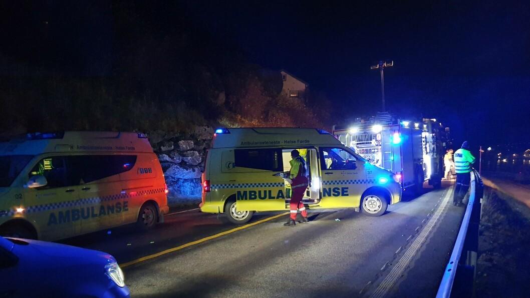 ULUKKE: Tre bilar var involvert i ulukka som stengde E16 fredag kveld. Alle naudetatane rykka ut til ulukka, inkludert luftambulanse.