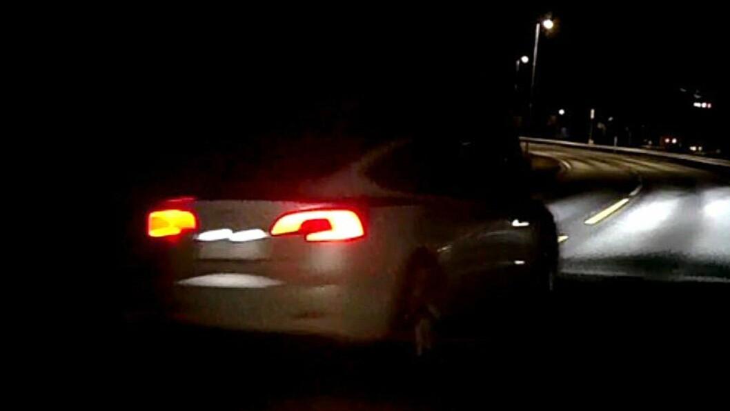 KAN HA SETT NOKO: Denne kvite Teslaen køyrte forbi ulukkesstaden like før tre bilar kolliderte.