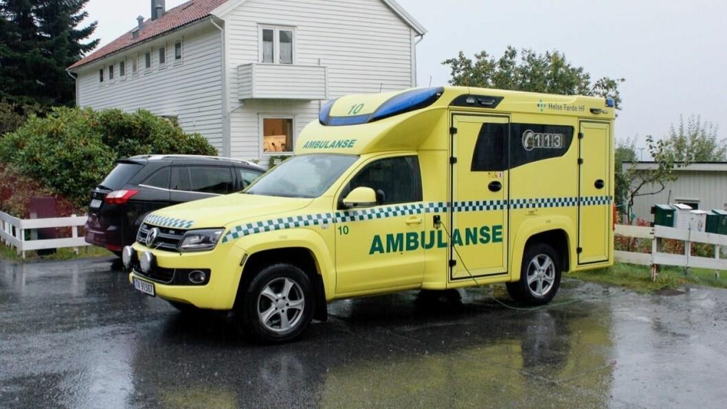 PÅ VEGEN: Planen som er føreslegen inneber ikkje nødvendigvis færre ambulansar ute på vegane, når kvar bil er aktiv større del av tida, skriv Tom Guldhav i innlegget.