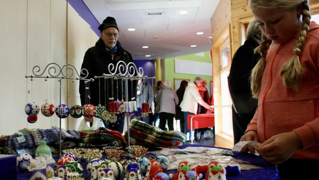 MYKJE FINT Å SJÅ: Christina Bringebøen beundrar julepynten laga av grønnlandsk perlebroderi.