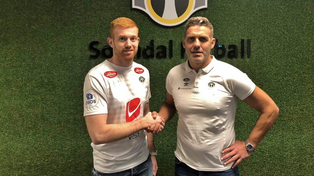 NY KEEPER: Renze Fij og Håvard Flo tok kvarandre i hendene etter at avtalen var signert.