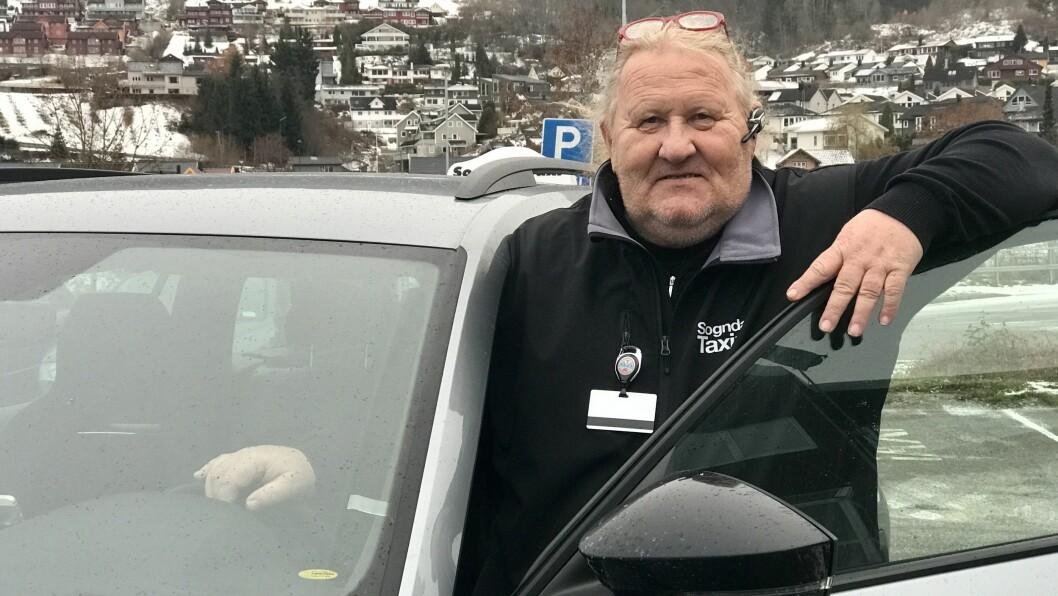 SKEPTISK: Sjåfør Edvin Yttri i Sogndal trur ikkje elbilane har kome langt enno nok til å fungera som drosjer i distriktet.