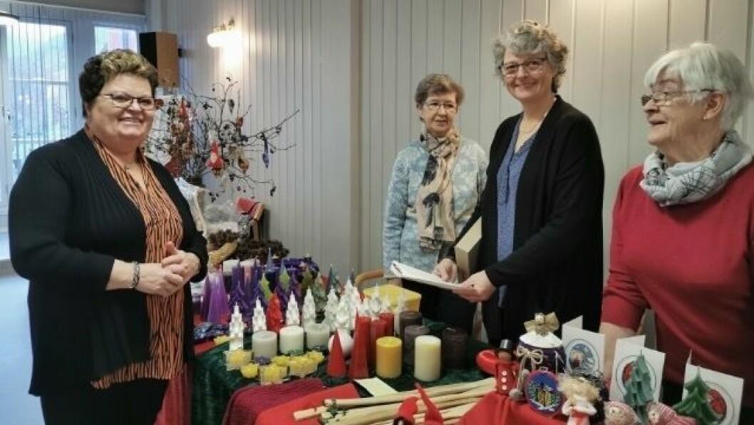 SAL: Damene frå Nedre Årdal Kyrkjering er klare til å selja julepynt.