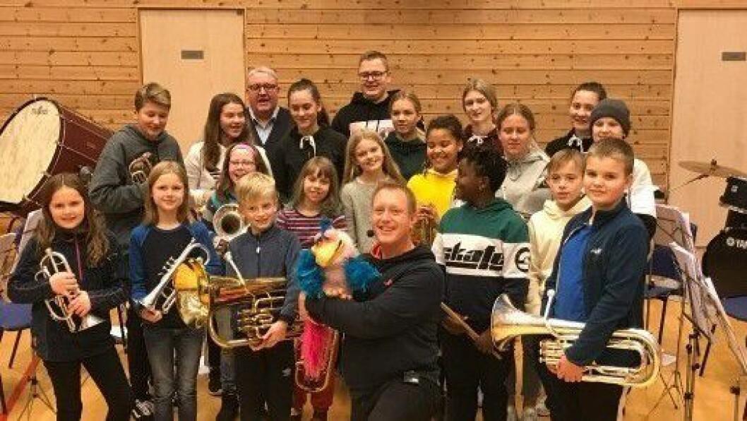 Morromann Håkon Esplo i lag med Lavik skulemusikk.