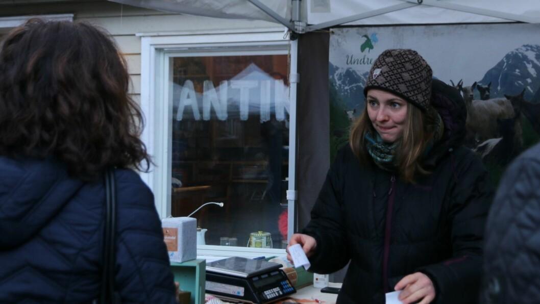 - STORE BITAR: Maria Undredal selde ost frå Undredal Stølsysteri. Lærdølene er kjent for å kjøpa store stykker ost, fortel ho.