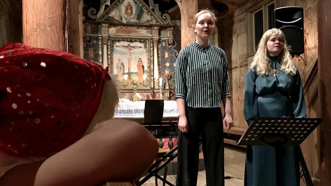 UNG DUO: Louise Tveito (16) og Dordi Boksasp Lerum (17) spelte måndag den første av til saman tre julekonsertar.