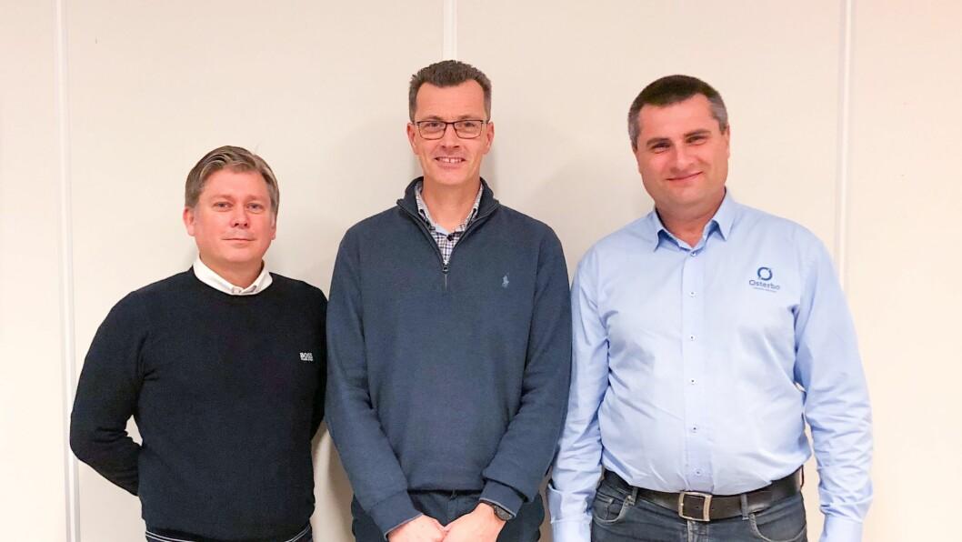 NY: Påtroppande administrerande direktør. Richard Cornell (midten) gler seg til å ta fatt på oppgåvene hos Østerbø Maskin AS. Til venstre Styreleiar Jonny Atle Marøy og til høgre avtroppande dagleg leiar Steinar Holen.