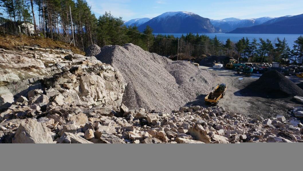 STEIN: Karl Inge Larsen i Gamlevegens Venner skildrar industritomta Kvammen indre i Lavik som eit steinkrater. Biletet er teke i mars 2017 og området ser om lag likt ut i dag.