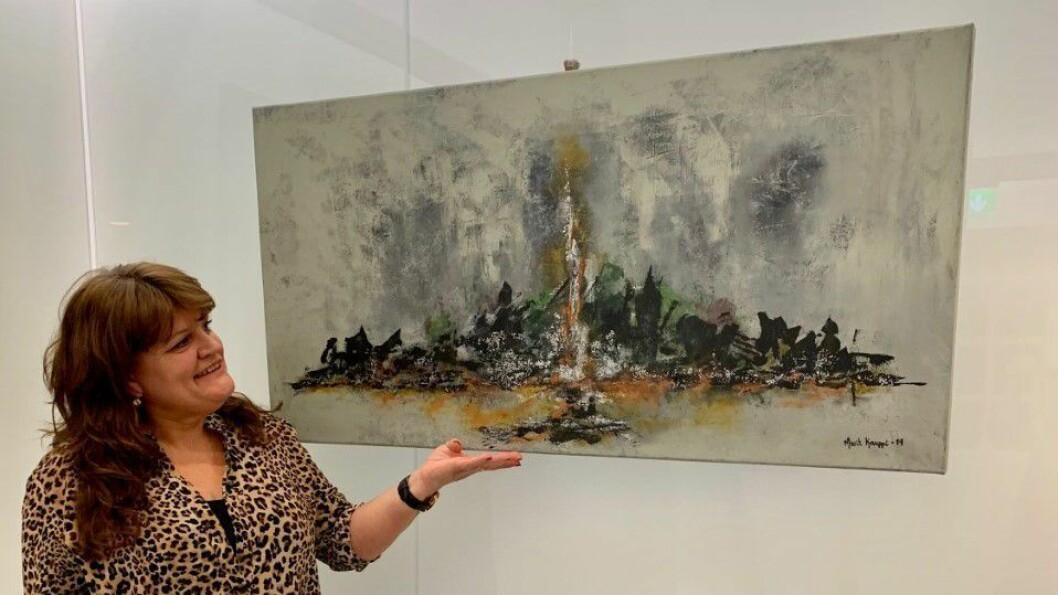 UTSTILLING: Marit Kauppi viser fram eit av måleria sine.
