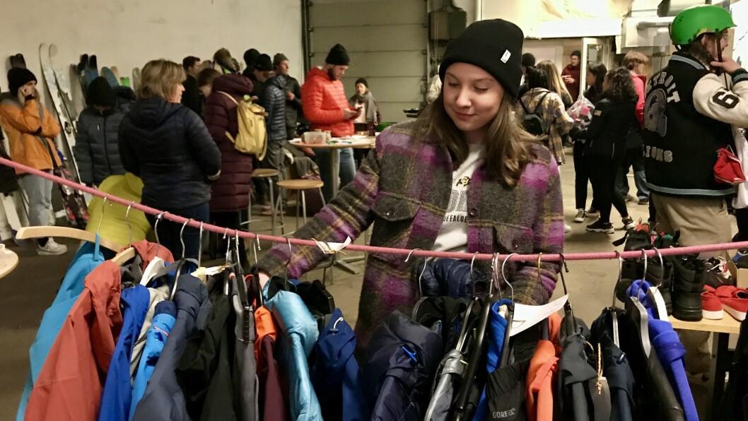 KUPPJAKT: Katarina Hodal hadde teke turen innom for å sjå om ho kunne finna nokre brukte julegåver.