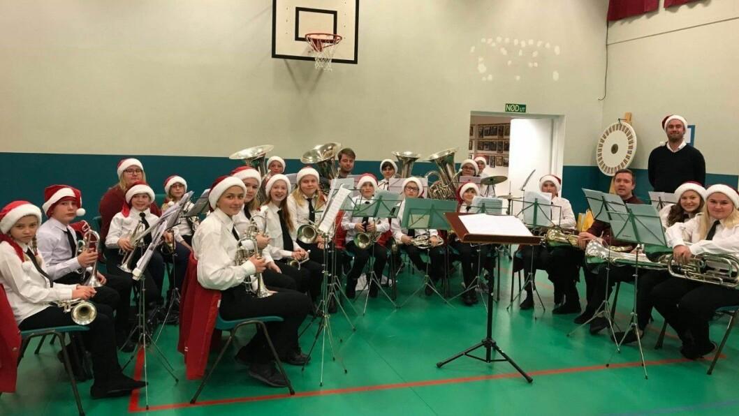 KONSERT: Byrknes skulemusikk spelte konsert på julemessa. Jostein Birknes er dirigent. – Han gjer ein super jobb og har god kjemi med musikantane, fortel korpsleiar Jill-Eva Areklett.