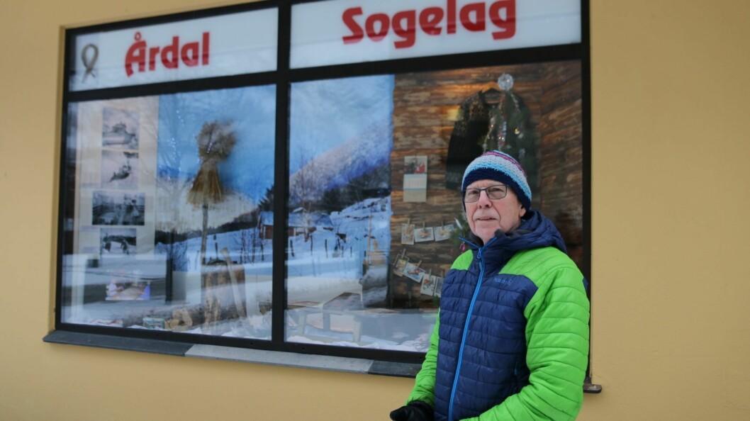 TOMME VINDAUGE: - Det er mange tomme vindauge i sentrum. Difor ville me laga litt liv, seier Jonny Asperheim i Årdal Sogelag.