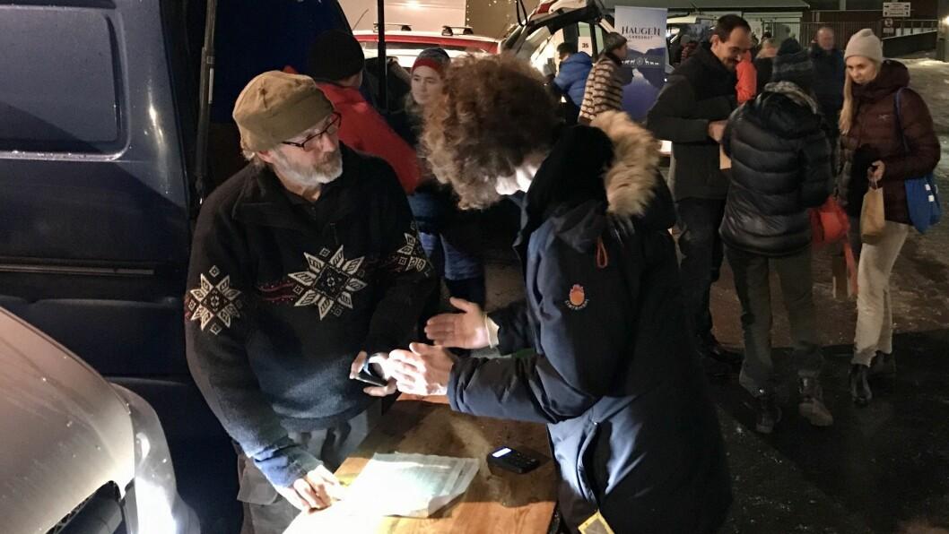 GODT OPPMØTE: Produsentane hadde rigga seg til på Sjøkanten i Sogndal, og kundane stod i kø for å henta varene dei hadde bestilt.