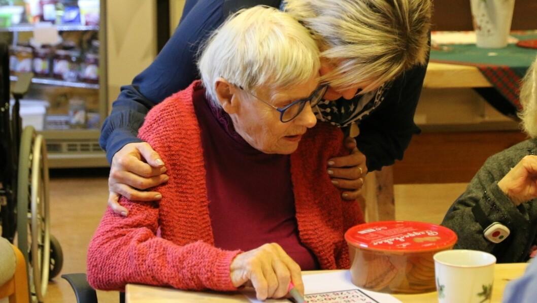 Aktivitør i Årdal Birgit Onsum er vert for fredagsbingoen. Her er ho saman med Solveig, som vann på fire rekker og fekk ein heil peparkakeboks i premie.