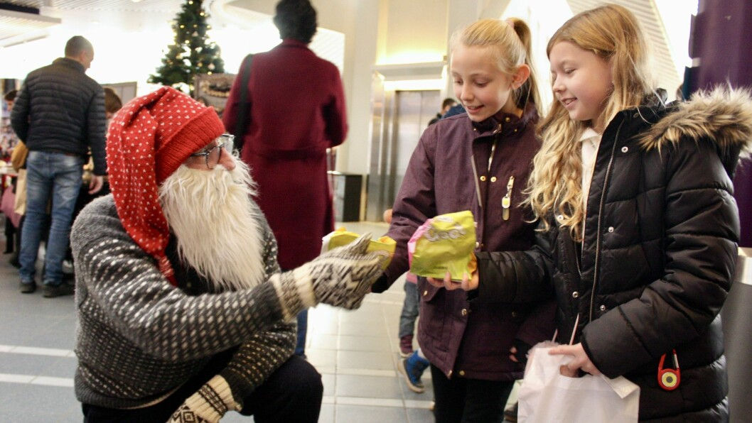 Julemoro på Sogndal kulturhus.  Fride Bøyum og Mie Krogh Ravnestad saman med nissen.