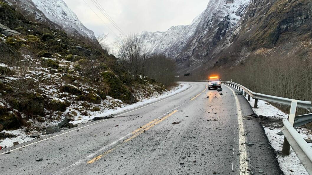 RASA: Store steinar rasa frå den stupbratte fjellsida og ned på europavegen i Nærøydalen. Nokre av steinane gjekk over asfalten, og gav autovernet ein heftig bøyg i forbifarten.