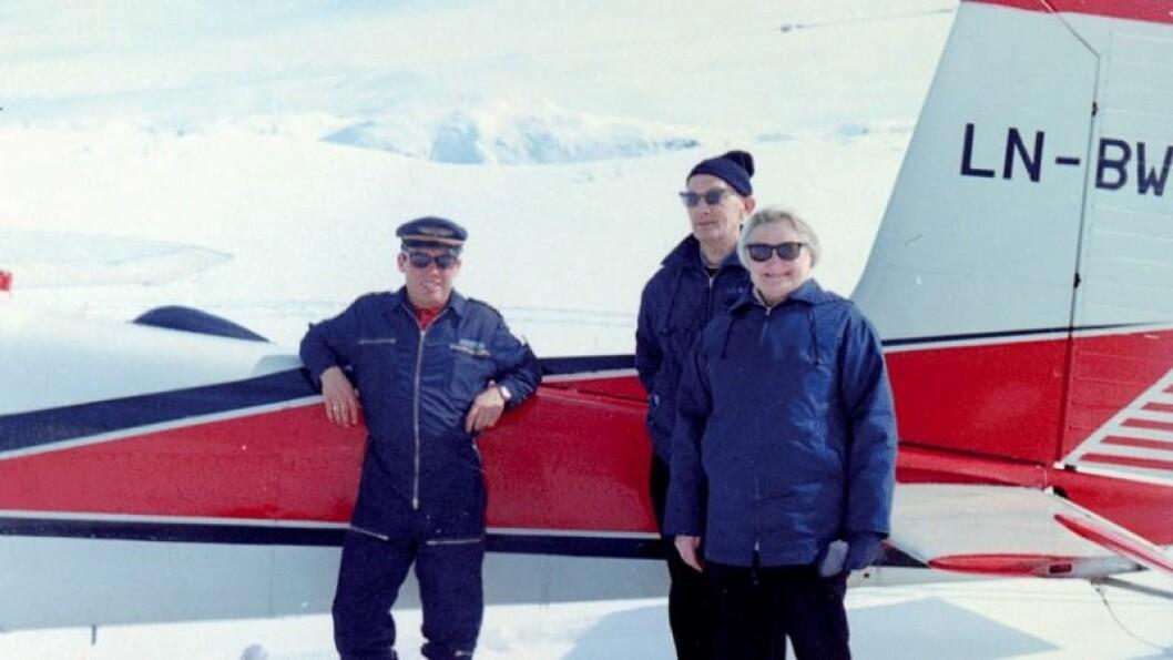GODT HUMØR: Trygt nede på Mastrehaugfjellet ved Biskaholten. Frå venstre, flygaren, Jan Seim og Haldis Seim.