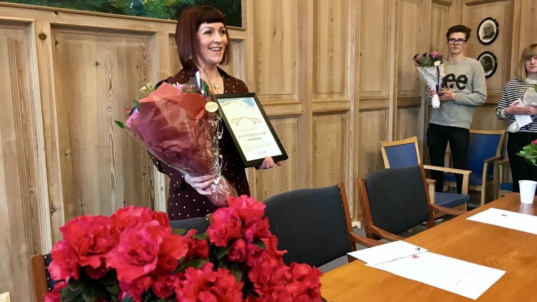 TAKKSAM: Kari Malmanger sette pris på prisen og rosen frå ordføraren.