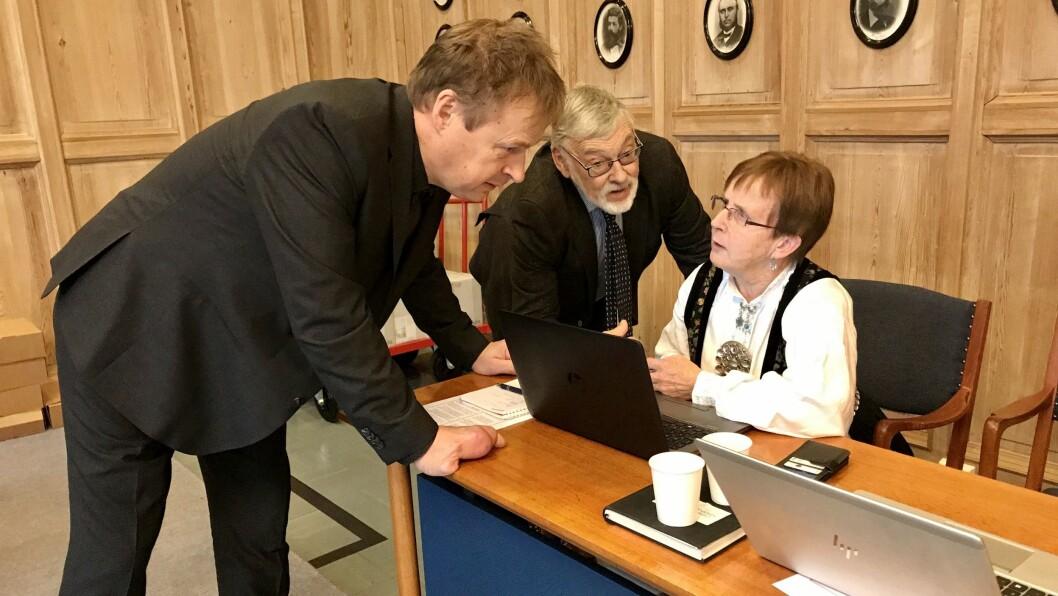 RÅDFØRING: Arne Glenn Flåten (H), Christen Knagenhjelm (V) og Margrethe Haug (KrF) diskuterer i ein pause under handsaminga av varslingssaka.