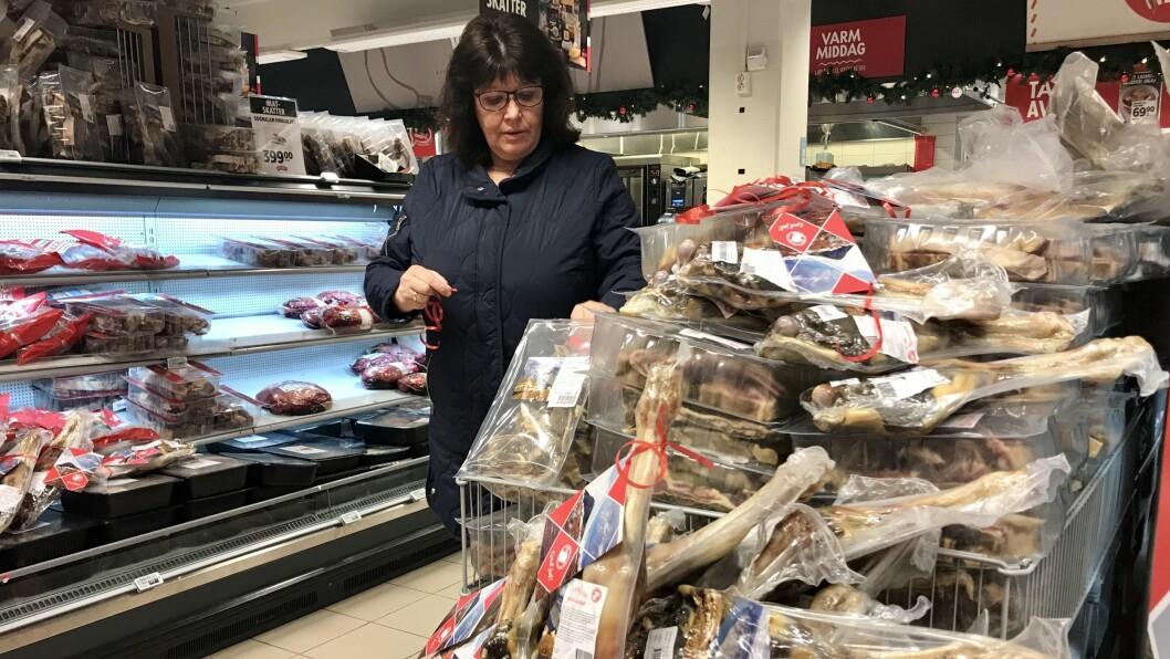 BUTIKKSAL: Marit Røysum i Sognalam er på Meny i Sogndal for å festa på nytrykte juleetikettar. I år er første gongen den lokale satsinga har fått innpass i butikkhyllene.