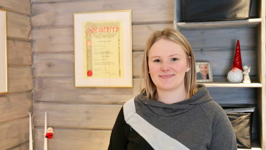 TØMRAR: Maiken Neset Uglum tok først fagbrev som tømrar før ho utdanna seg vidare.