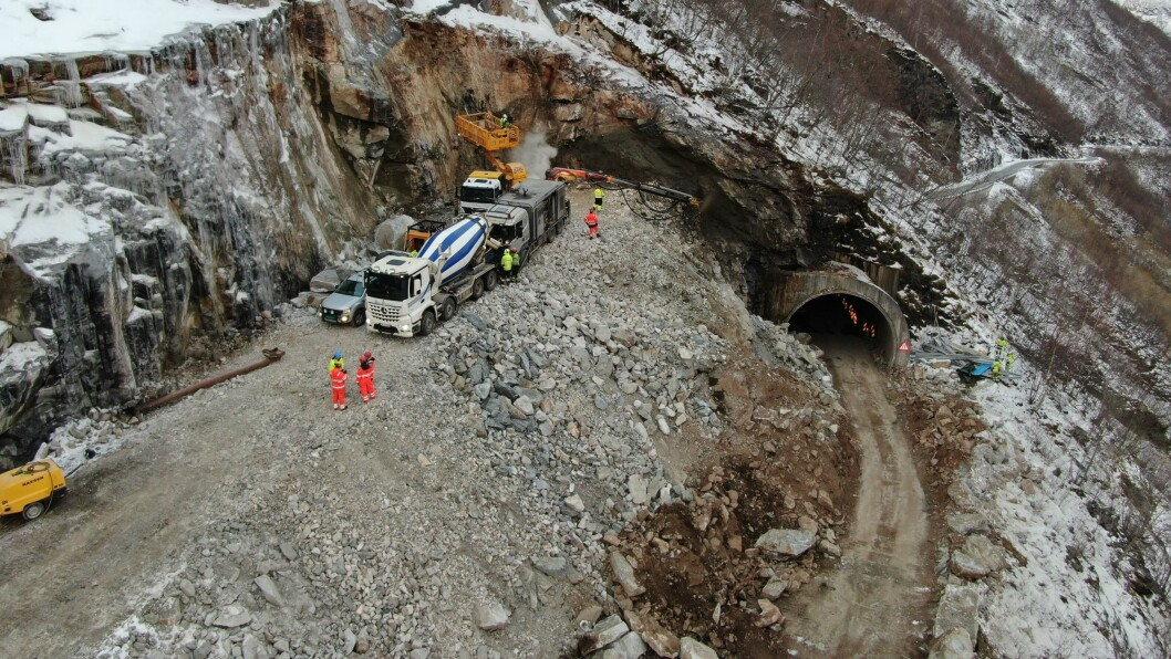 GÅR FRAMOVER: Arbeidet med å bygga ny tunnel i Ljoteli er godt i gang.