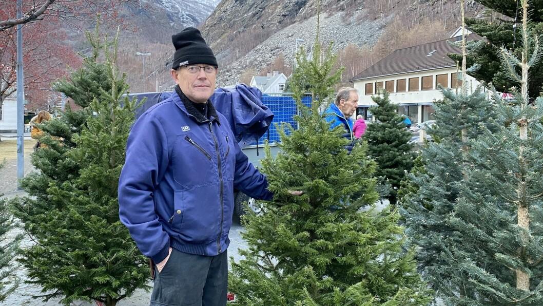KJEMPAR FOR EKTE JULETRER: Jørgen Asperheim tykkjer det er viktig å halde på tradisjonen med ekte juletrer istaden for plast.