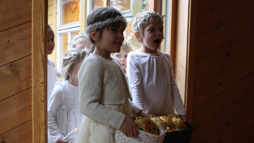 SJØLVBAKA: Det var ungane sjølve som hadde baka lussekattane. Dei eldste borna marsjerte inn døra med store mengder bollar medan dei song Luciasongen.