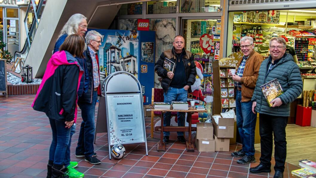 BOKSIGNERING: Rune Timberlid var laurdag på plass ved Luster bok for å signera den nye boka si Superlag frå Sogndal: bygdelaget som vart toppklubb i fotball.