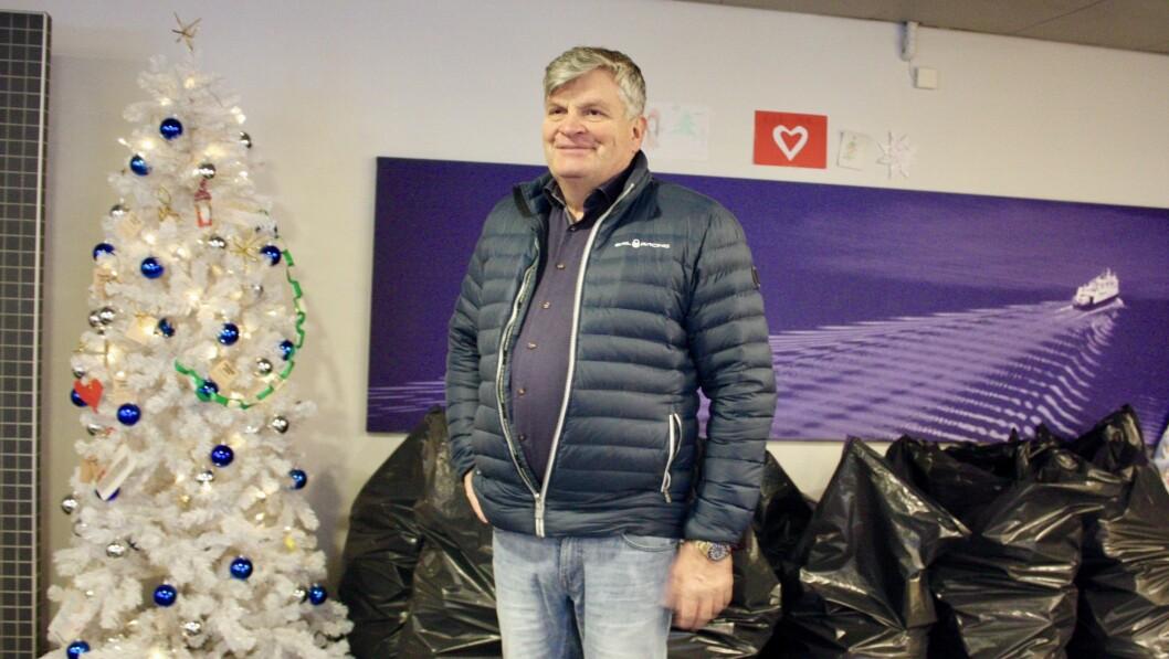NØGD: Jørgen Christian Lindstrøm, direktør ved Quality Hotel Sogndal kan fortelje at det einsame juletreet i hotellobbyen ikkje er einsamt lenger.