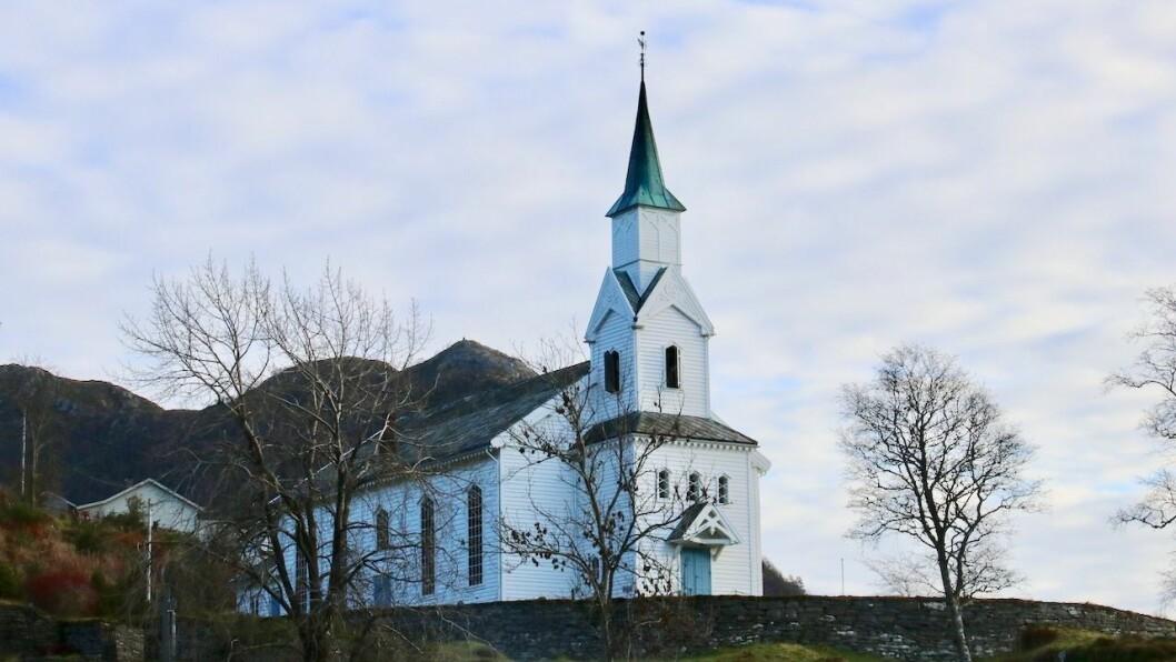 GUDSTENESTER OG ANNA: Tradisjonen tru vert det ei rekkje gudstenester i tillegg til både sport og festlegheiter i Høyanger og Gulen i romjula. Avbilda er Gulen kyrkje i Eivindvik.