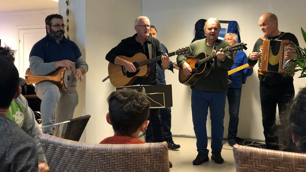 MUSIKALSK KVELD: Bandet Longhorn spelte onsdag på Møteplassen Kafé i Lærdal.