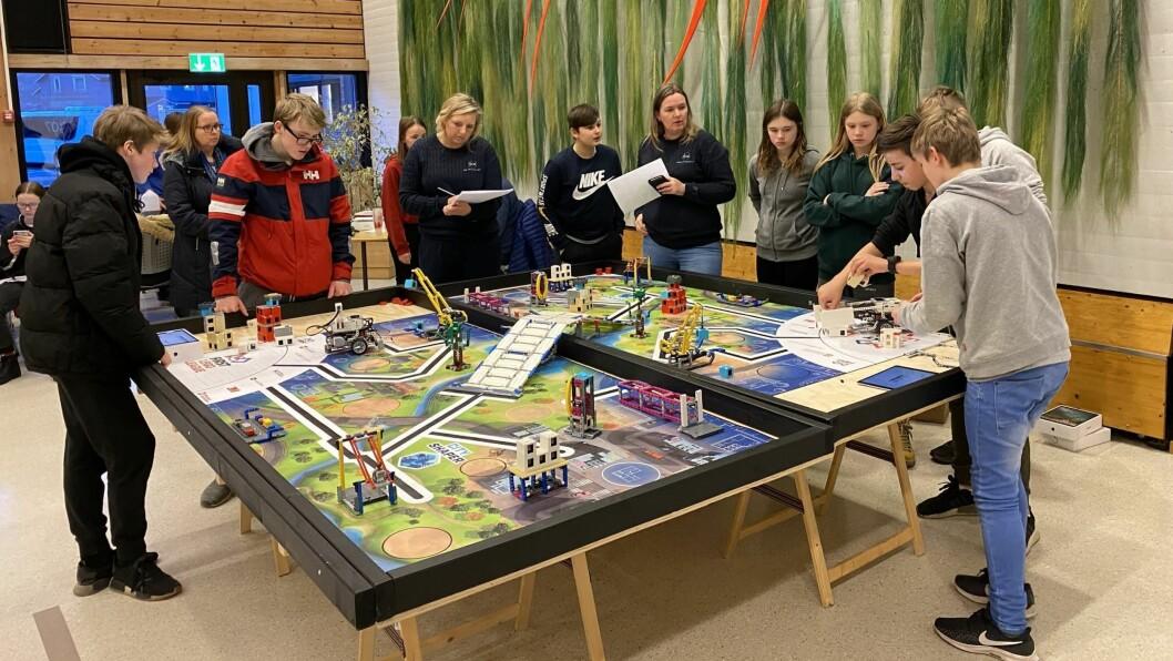AVANSERT: Både robotane og bana dei konkurrerte på var av det avanserte slaget. Utstyret som blir nytta i faget er sponsa av næringslivet i Årdal.
