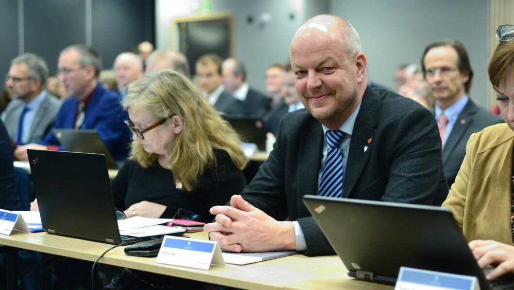 JULEHELSING: Hilmar Høl ønskjer å inngå eit veddemål med SSB om kor stor nedgangen i folketalet vil bli dei neste åra.