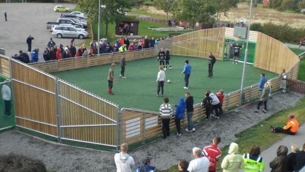 REHABILITERING: Ballbingen på Byrknesøy skal både rehabiliterast og få eit ballfangarnett.