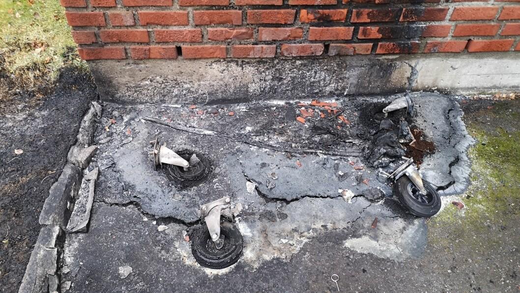 BRANN UT: Berre hjula er att etter bosspannet som stod ved kyrkjeveggen.