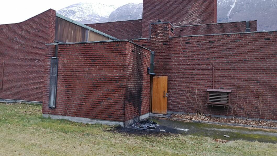 BRANN: Det vart full utrykking i natt då det byrja å brenna i eit bosspann ved Farnes kyrkje i Øvre Årdal.