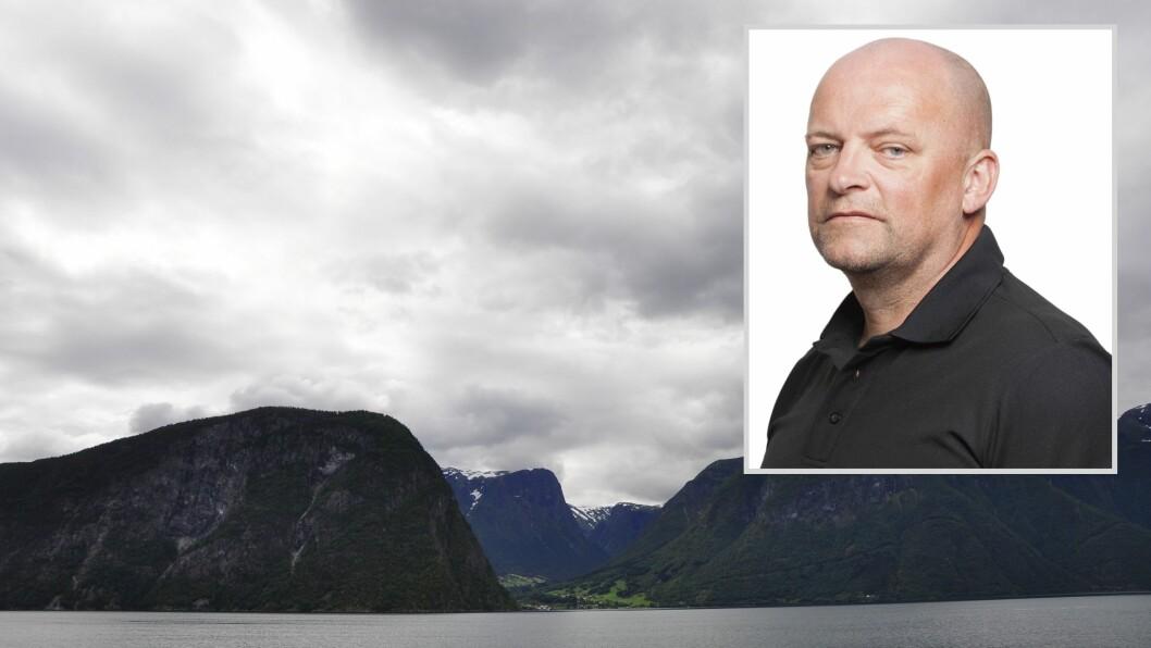 JOBBAR FOR Å REPARERA STRAUMLINJA: Sognekraft har store mannskap ute både i båt og på land for å lokalisera feilen i straumlinja opplyser kommunikasjonsrpdgjevar Tor Yttri.