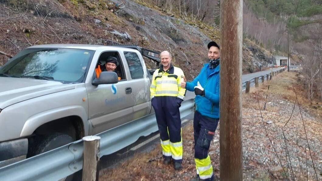 JOBBAR PÅ: Oddvar Grønsberg flankert av energimontørane Per Arne Refsdal (bak rattet) og  Asgeir Fosse Refsdal, pusta letta ut etter å ha stått på for å retta opp i straumbrotet grytidleg tysdag morgon.