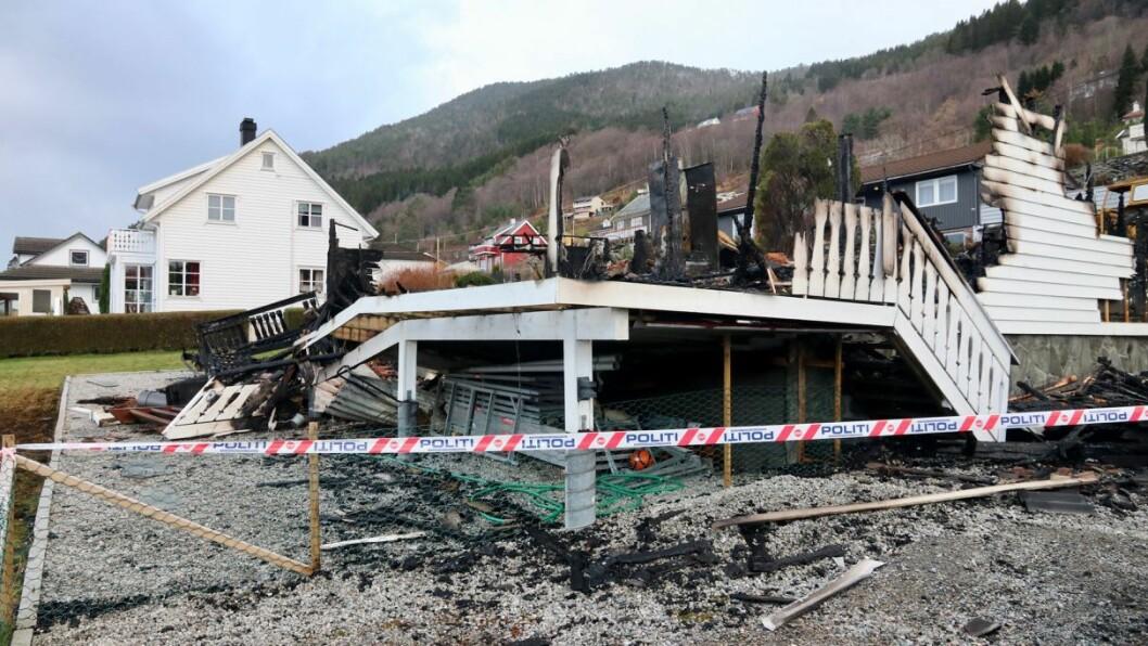 BRANN NED: Huset i Austreimslia på Kyrkjebø kunne ikkje reddast då det byrja brenne natt til første nyttårsdag.