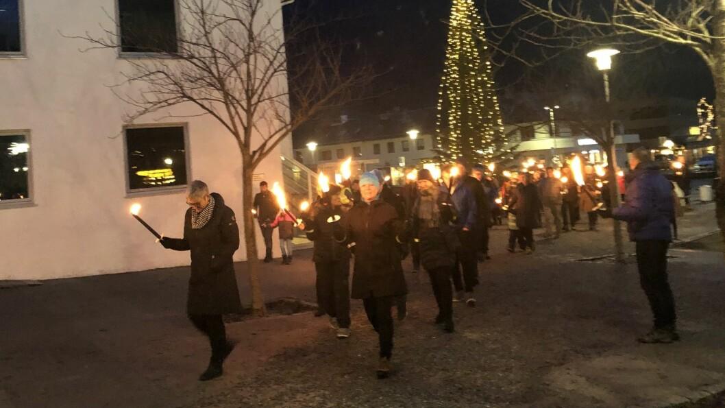GODT OPPMØTE: Kring 60 personar møtte for å gå i fakkeltog for å markera kommunesamanslåinga.
