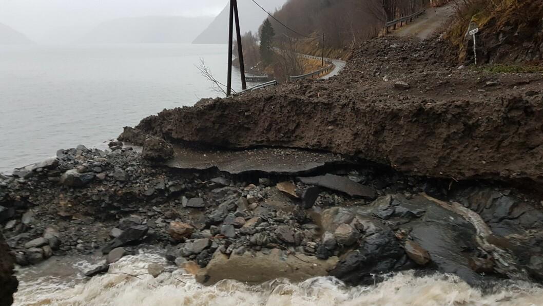 SKYLT VEKK: Fylkesveg 5602 i Vik kommune vart hardt råka av det 60 meter breie raset 29. desember. No har Vegvesenet reparert vegen slik at han blir opna torsdag.
