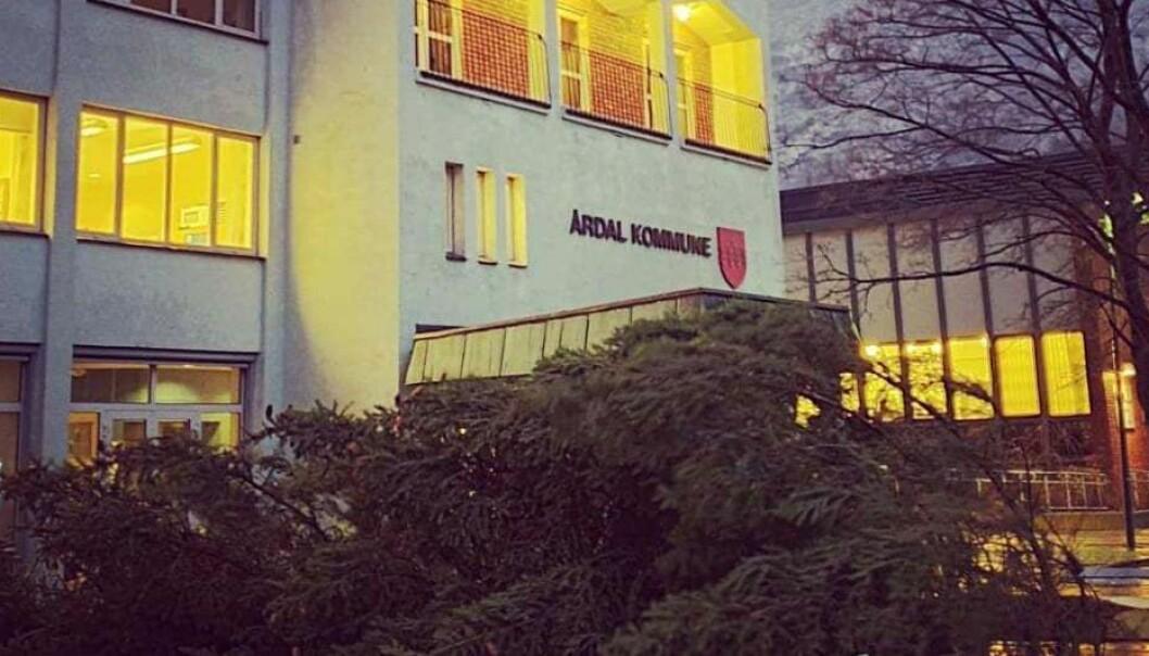 Årdal kommune ber folk sikra lause gjenstander rundt husa sine.
