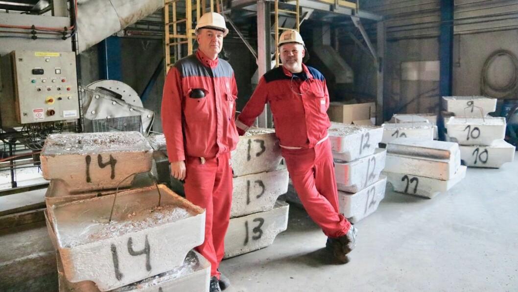 NØGDE: Dag Nestegjerde (t.v.) og Rune Skår (t.h.) ved noko av aluminiumen dei har henta ut frå botkaker og «kjellarmetall». Dei er nøgde med at pilotprosjektet har gått slik dei håpa på.