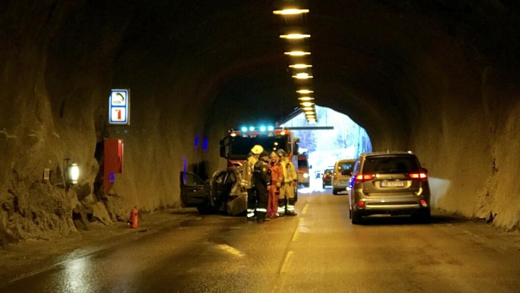 MISTA KONTROLLEN: Ein bil med fem personar køyrde i fjellveggen i Naustbukttunnelen i mars i fjor. Føraren nektar å ha køyrt uforsvarleg fort.