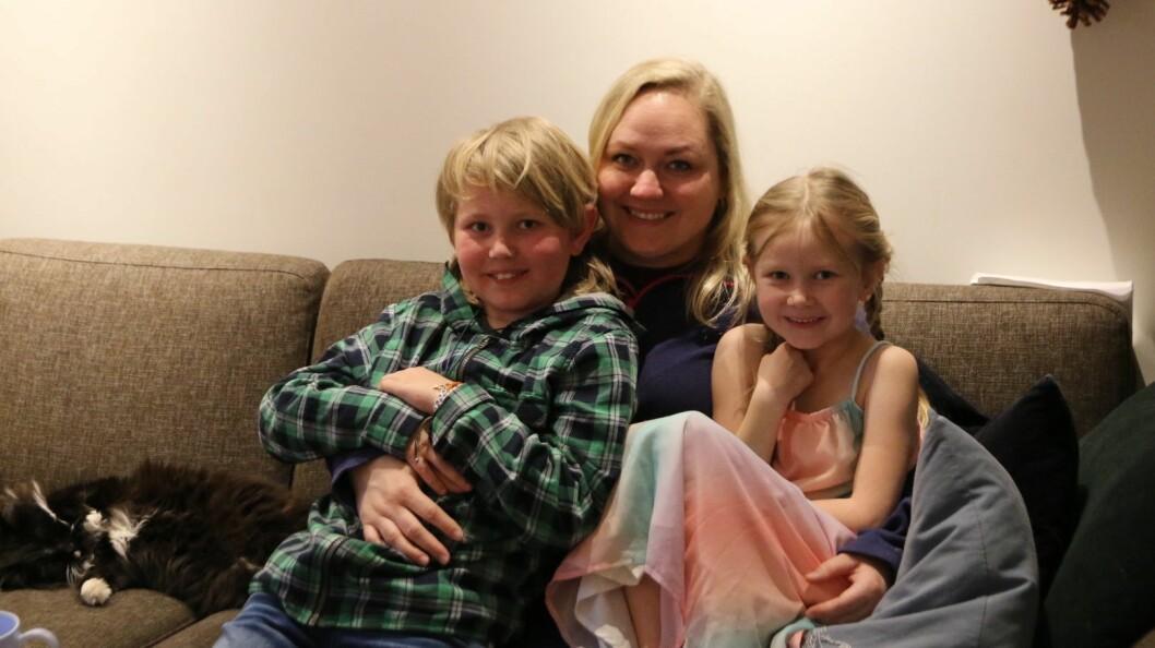 FERDIGBEHANDLA: Syver Olander fekk 2.desember gladmeldinga om at han er ferdigbehandla med kreftmedisin. Her saman med mamma Dordei og velsesyster Serine Emilie, og vetle pusen Tingeling.